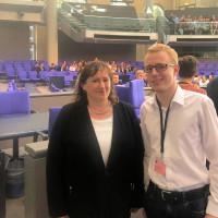 Planspiel im Bundestag: Simon Heimerl mit MdB Marianne Schieder (Fotograf: Peter Wein)
